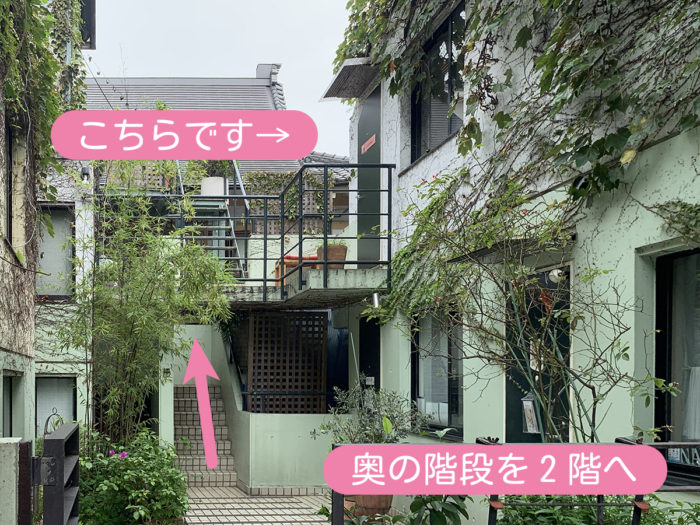 奥の階段を2階へお進みください。階段上がって左手奥になります。